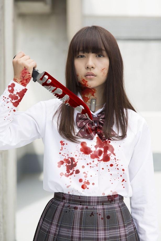 【写真を見る】血まみれとなった制服姿の浅川梨奈