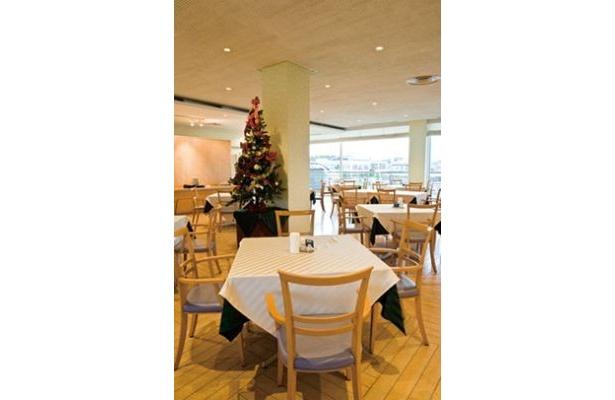 ツリーが飾られ店内も華やかなレストラン「ラグーンヒル」(横浜・八景島シーパラダイス)
