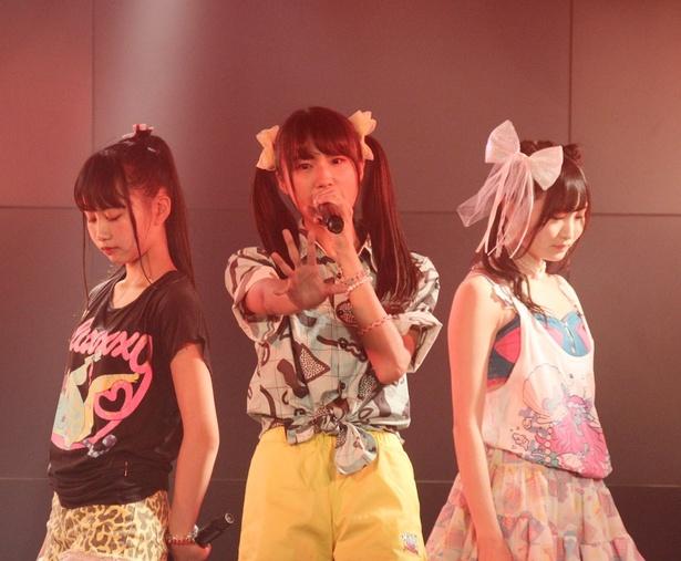あかりん(中村朱里)、りこぴん(清水理子)、みゆちゃん(片岡未優、左から)もロックをカバー