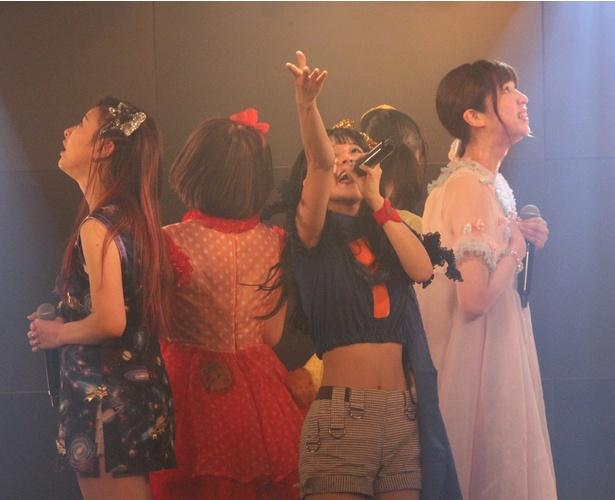 8月22日(火)リリースの3rdシングル「4文字メロディー」などを歌い上げた