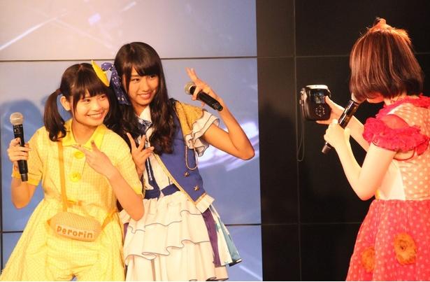 トークコーナーでは、最新チェキを体験。ぺろりん先生(鹿目凛)、りこぴん(清水理子、左から)を激写!!