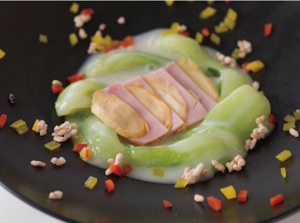 「四川飯店」の「青梗菜(ちんげんさい)と鮑のミルク煮」(1512円)は、ミルクと鮑の相性が抜群だ