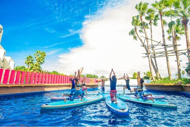 SUP YOGAは、水の上で行うことにより、浮遊感や開放感を楽しむことができる