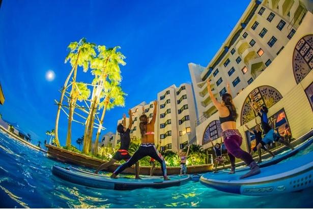 """海を一望できるホテルプールで話題の""""SUP YOGA(サップヨガ)""""を楽しめる「SUP YOGA at THE LUIGANS(サップヨガ アット ザ ルイガンズ)」が開催中"""