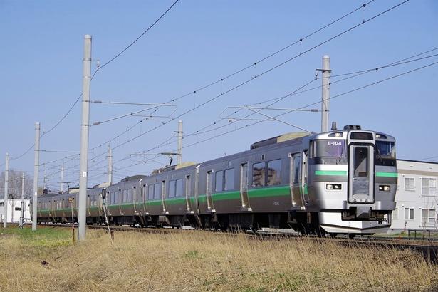 札幌近郊は住宅街の近くを通勤形電車が行き交います(撮影:太平駅~百合が原駅間)