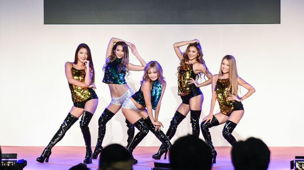 CYBERJAPAN DANCERS(左からMIKA T、SAKURA、KAZUE、KAREN、KANAE)
