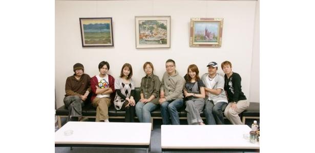 取材に応じたメーンキャストと大地丙太郎監督(写真右から4人目)