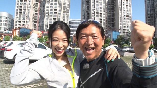 【写真を見る】初対面の久保氏と紅蘭は意気投合し、思わず肩組みでスマイル!