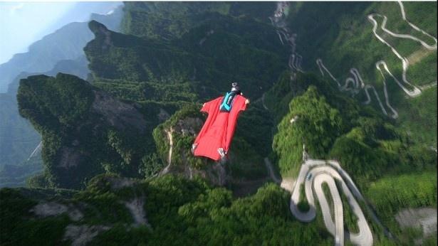 久保氏はウィングスーツでモモンガのような飛行を披露