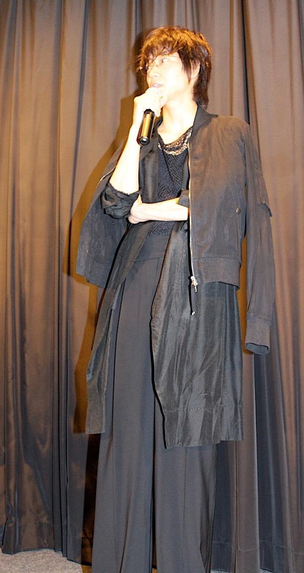 綾野剛、全身真っ黒!個性派ファッションを披露