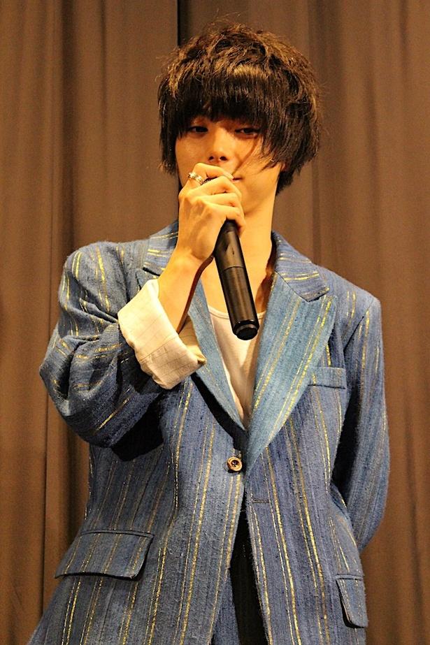 ブルーのジャケット姿もかっこいい!