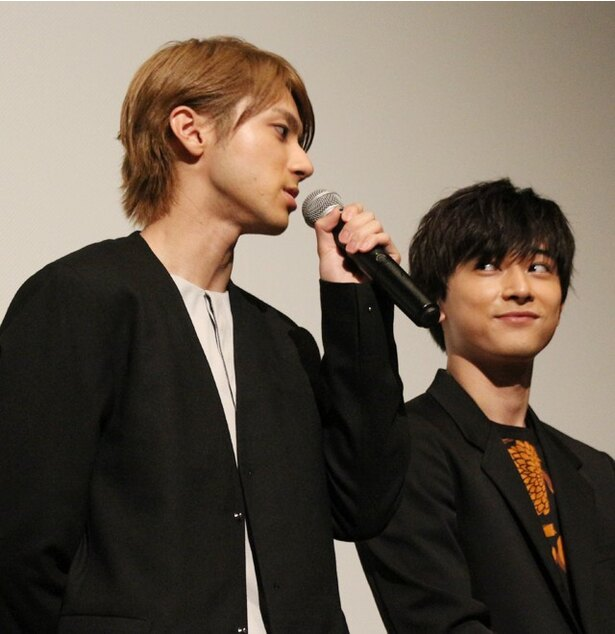 【写真を見る】コメント中の山田裕貴を、優しく見守る吉沢亮!?