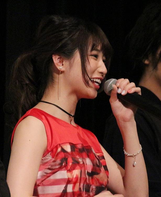 エンディング曲「友達ごっこ」について、上野優華は「希望の光が差してくるような、温かい曲になっているので、皆さんの気持ちが少しでも救われたらいいな」と話す