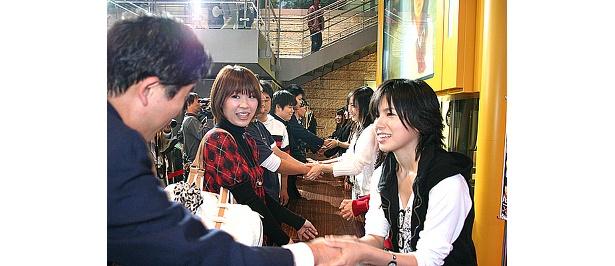 握手会の様子。ファンと固く握手を交わすメンバー