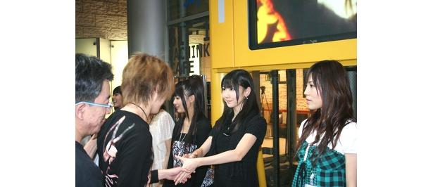 AKBのメンバーも握手会に参加!