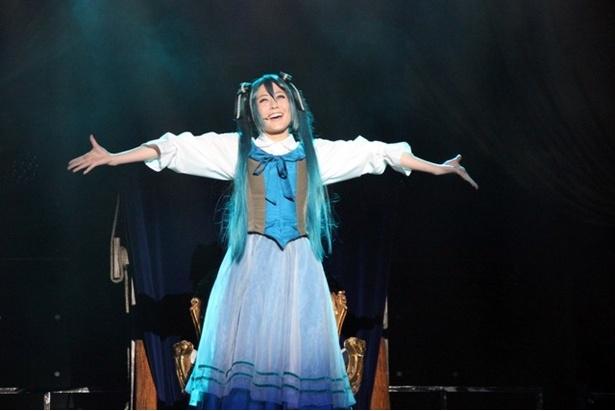 初音ミク……? ではなく、中村裕香里が演じる、ミカエルというパン屋の娘