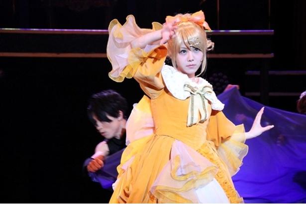 ドレスを翻しながら、切れのあるダンスを見せる田中