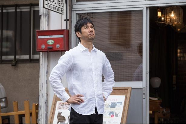 秀亮(西島秀俊)は、家具の修理工房を営みながら、妻が残したネコの世話をする