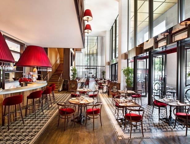 屋外テラスを完備した開放的な1階と、エレガントな2階の2フロアからなるフレンチビストロ「ル ドール」/セント レジス ホテル 大阪