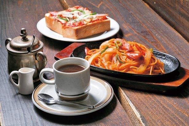「鉄板焼きナポリタン」(680円)、「チリピザサンド」(480円)は11時~15時のランチメニュー。「本日のコーヒー」(400円)と一緒に/ONSAYA COFFEE 奉還町店