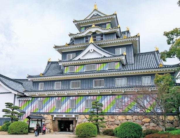 カラフルに変身した岡山城の天守閣。※外観装飾は5月7日(日)まで/岡山城