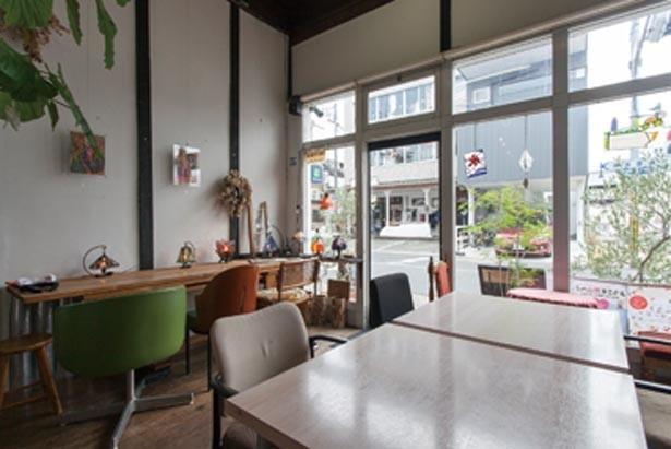 アンティーク風の小物などが飾られた店内は、一面ガラス張りで開放感抜群。「スリランカカレーやさいカレー」(1080円)も人気/Cafe Antenna