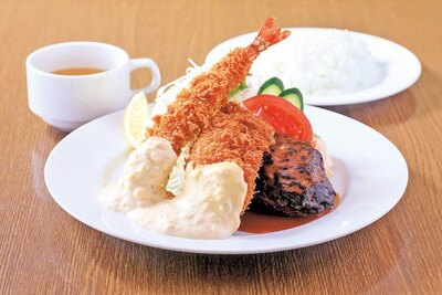 「Aセット」(980円)。身が詰まったエビフライのほか、煮込みハンバーグ、白身魚のフライ/グリル北斗星