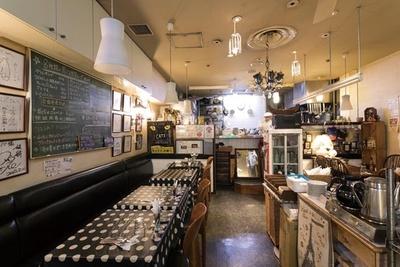 1940年代の食器やレトロな絵画など歴史を感じさせる店内/仏蘭西料理 ネスパ