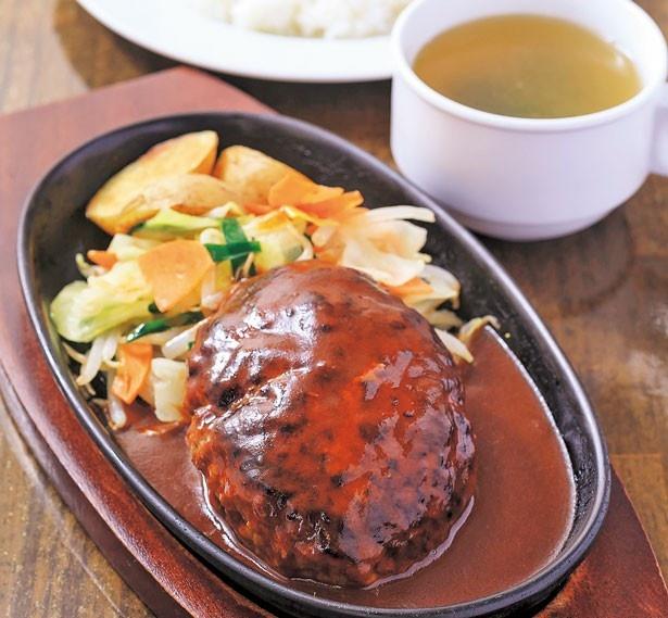 「ハンバーグセット」(860円)。約180gのハンバーグからあふれる肉汁と濃厚なソースが混ざることでさらに旨さがアップ/ぶどう