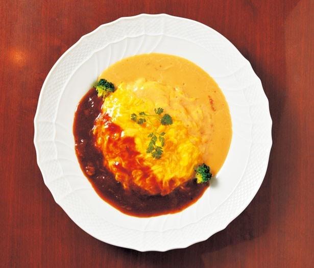 「ハーフ&ハーフオムライス(ゴルゴンゾーラドルチェチーズソース+ビーフハヤシソース)」(1404円)/MUGUNI