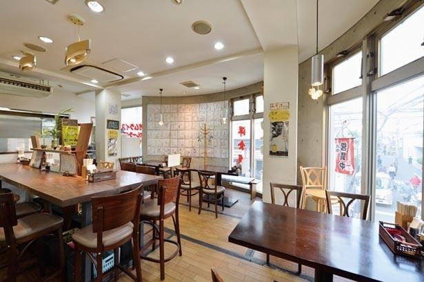 吉本芸人をはじめ、さまざまな有名人のサイン色紙が壁一面に飾られている/洋食屋カトリーナ