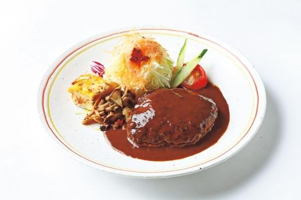 国産牛ミンチ100%の「ビーフハンバーグ(ランチ)」(1300円)は、ジューシーな肉汁とドミグラスソースが好相性/洋食レストランKiitos