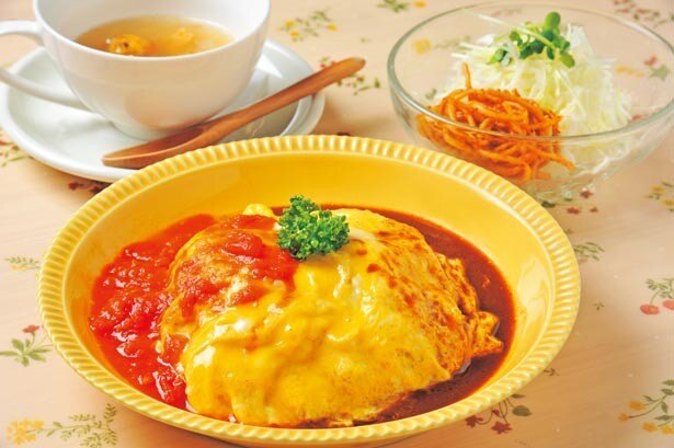 「オムライスセット(スープ・サラダ付き)」(970円)。トマトの酸味とドミグラスのコクが絶妙にあう/プリモぐりる