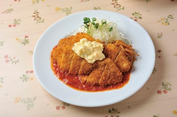 「淡路鶏のチキンカツ」(1080円)も自慢の一品。使用するムネ肉は驚くほどジューシー/プリモぐりる
