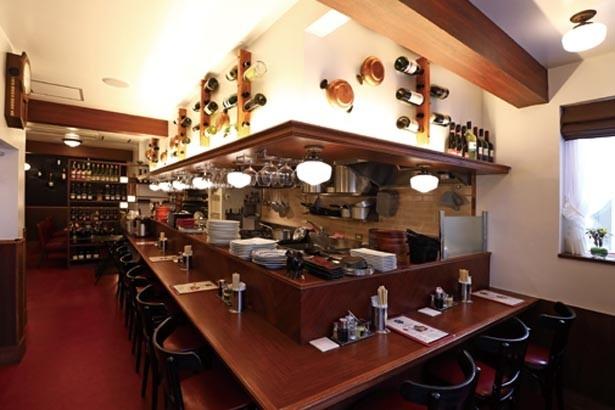 フレンチレストランを思わせるクラシックな雰囲気。2階にはゆったりしたテーブル席も/洋食あんじゅ