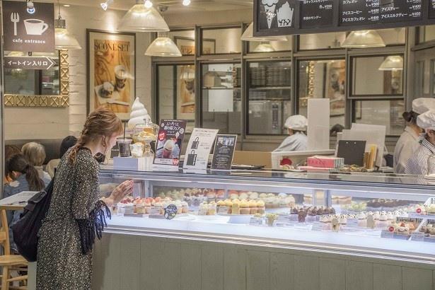 【写真を見る】スイーツ大好きな海老原さんが最初に向かったのは、カップケーキ専門店のフェアリーケーキフェア