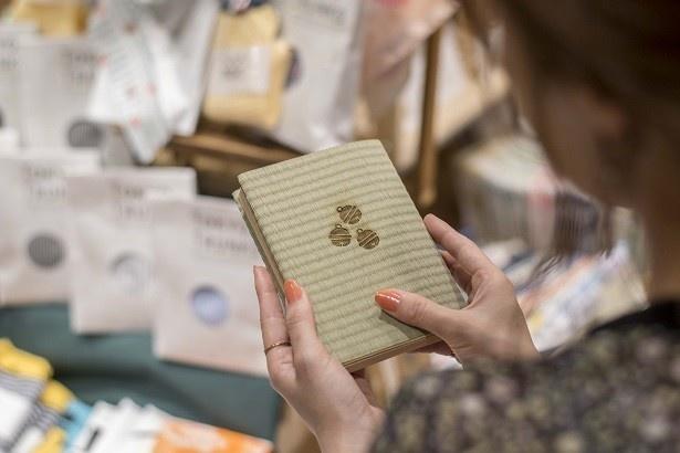読書好きの海老原さんは、限定商品「畳のブックカバー 銀の鈴」(1296円)が気に入ったよう
