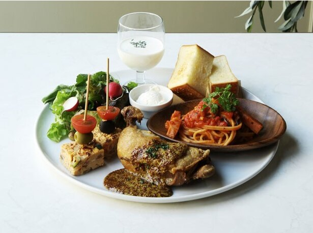 「プレートランチ」(1350円) は、パスタや肉料理、デリ、オルトのパンなどがワンプレートで楽しめる