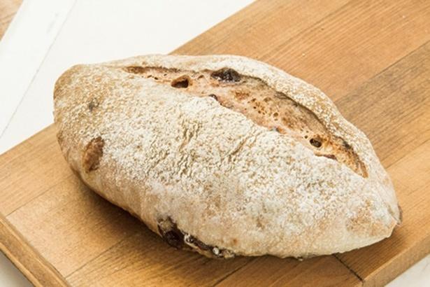イチジクの焼酎漬けがゴロゴロ入ったイチジクとレーズンのパン(320円)