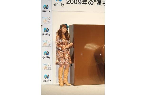 """矢口さんとほとんど同じ高さのある大きなハンコで""""今年の漢字""""を演出"""