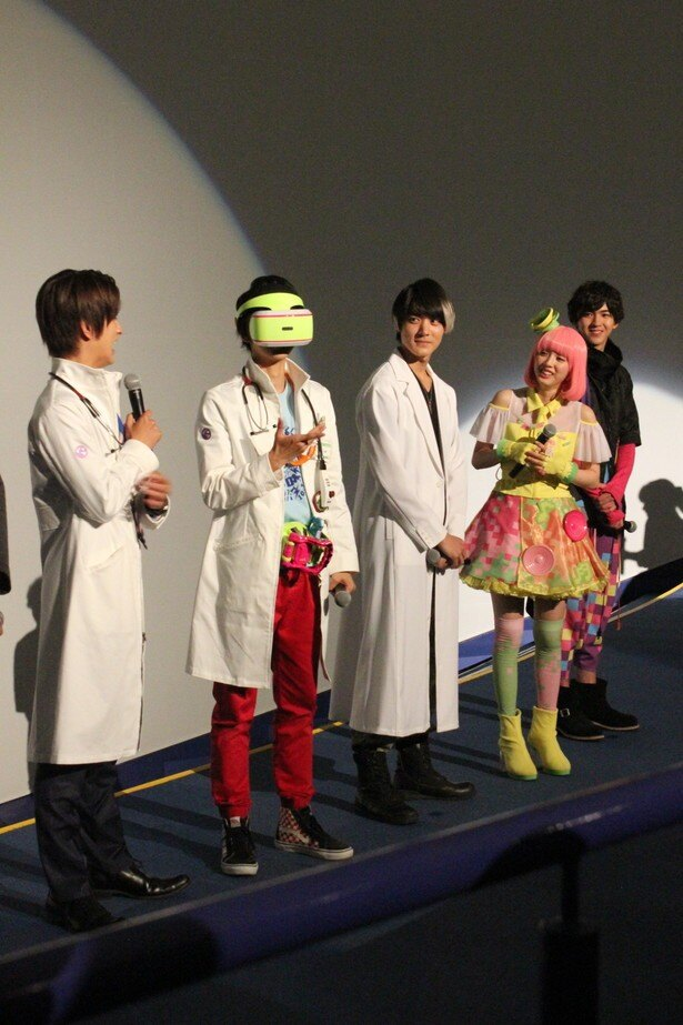 【写真を見る】VR機器を装着したままポーズを決める飯島寛騎に、周囲から笑いが