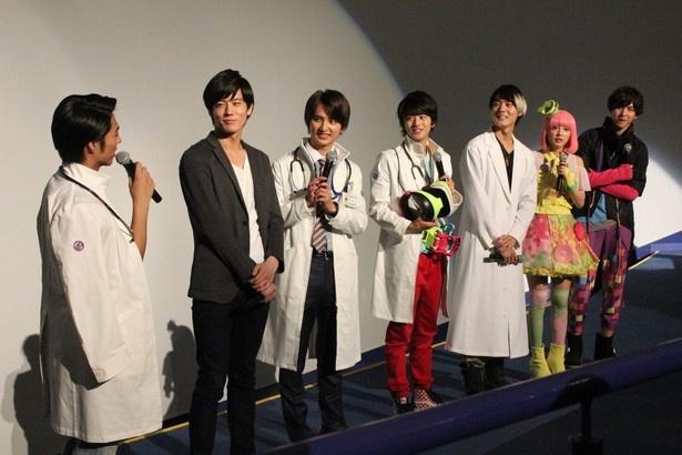 小野塚勇人(左端)の話を楽しげに聞くエグゼイドキャスト陣