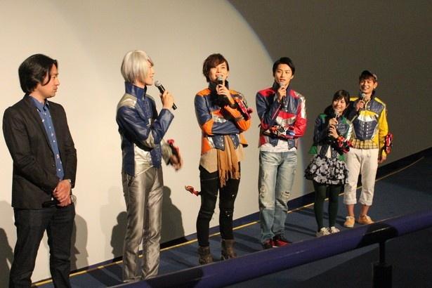 撮影秘話を語るキュウレンジャーキャスト陣と柴崎貴行監督(左端)