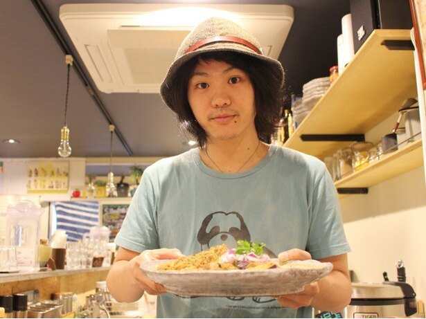 もともと音響関係の仕事をしていたという、店主の菅尚弘さん。自己流でカレー作りを始めた
