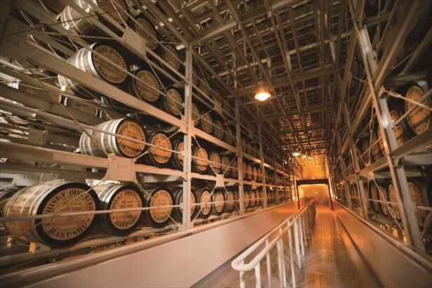 巨大樽の中でウィスキーが熟成されている