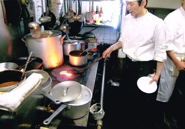 以前使用していた石炭ストーブ。高い火力でじっくり火が通るので、ドミグラスソースやロールキャベツに最適だったとか/グリル マルヨシ