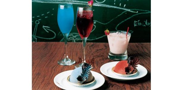 青いチョコムースとバラ色のムース