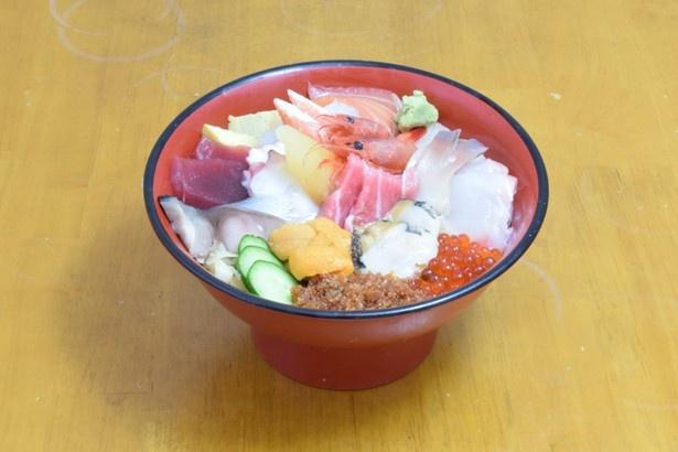 観光客が絶賛する海鮮生ちらし丼(松)