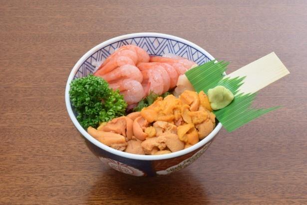 ふっくらとした身厚なウニとクリーミーな増毛の甘エビがコラボしたうにえび丼3000円。一口食べると上品な甘さが口に広がります。