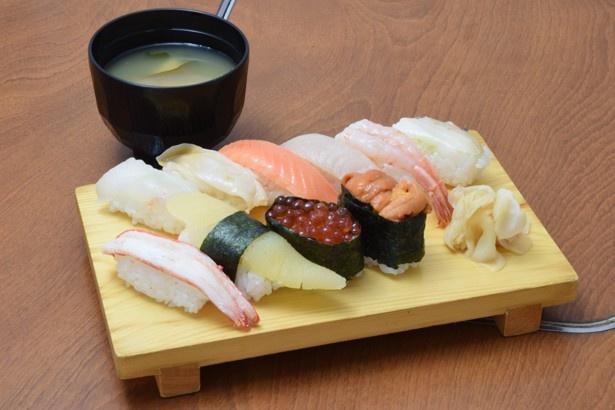 寿し忠の職人の技が光る特上寿司。旬のネタをまとめて味わえる